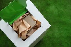 Escaninho de lixo com papel e cartão no fundo da cor, espaço para o texto foto de stock royalty free