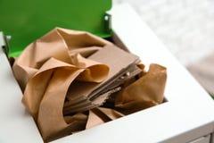 Escaninho de lixo com papel e cartão Reciclando o conceito fotos de stock royalty free