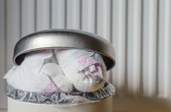 Escaninho de lixo completamente de tecidos usados Fim acima imagens de stock royalty free