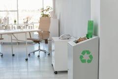 Escaninho de lixo completo aberto no escritório moderno Reciclagem de resíduos fotografia de stock