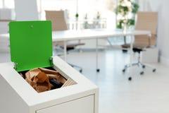 Escaninho de lixo completo aberto no escritório moderno Reciclagem de resíduos imagens de stock