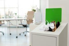 Escaninho de lixo completo aberto no escritório moderno Reciclagem de resíduos imagem de stock