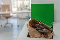 Escaninho de lixo completo aberto no escritório moderno Reciclagem de resíduos fotos de stock royalty free