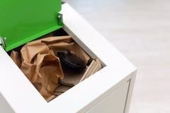 Escaninho de lixo completo aberto no fundo claro, close up Reciclagem de resíduos fotos de stock royalty free