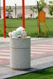 Escaninho de lixo de transbordamento Fotos de Stock Royalty Free