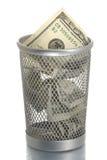 Escaninho de lixo do engranzamento com cem dólares Imagem de Stock