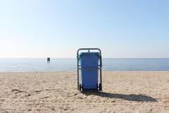 Escaninho de lixo em uma praia ensolarada fotos de stock