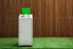 Escaninho de lixo enchido em demasia perto da parede de madeira dentro Reciclando o conceito imagens de stock royalty free