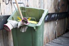 Escaninho de lixo de limpeza da rua móvel com a vassoura nela e luvas no punho, sem trabalhador imagem de stock