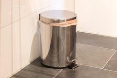Escaninho de lixo no banheiro fotos de stock royalty free