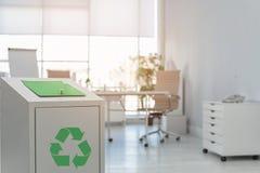 Escaninho de lixo no escritório moderno, espaço para o texto foto de stock royalty free