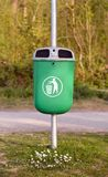 Escaninho de lixo no parque imagem de stock royalty free