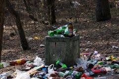 Escaninho de lixo de transbordamento fotos de stock