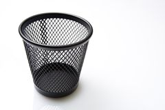 Escaninho de lixo vazio no fundo branco Fotos de Stock