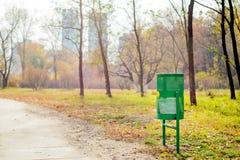 Escaninho de lixo verde no parque fotografia de stock royalty free