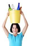 Escaninho de recicl bonito da terra arrendada da mulher nova Fotos de Stock Royalty Free