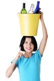 Escaninho de recicl bonito da terra arrendada da mulher nova Fotos de Stock