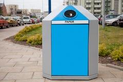 Escaninho de recicl em uma cidade Fotografia de Stock