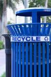 Escaninho de reciclagem na cidade imagem de stock