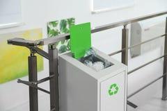 Escaninho do metal com lixo Reciclagem de resíduos fotografia de stock royalty free