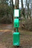 Escaninho do metal para limpar para animais no parque imagens de stock royalty free