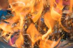 Escaninho dos desperdícios no fogo imagem de stock royalty free