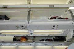Escaninhos da bagagem no avião Imagem de Stock