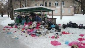 Escaninhos de lixo enchidos em demasia com sacos dos desperdícios vídeos de arquivo