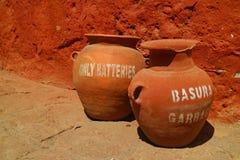 Escaninhos de lixo originais na aleia em Santa Catalina Monastery, local histórico em Arequipa, Peru fotos de stock royalty free