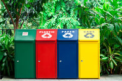 Escaninhos de recicl coloridos Fotografia de Stock Royalty Free