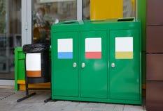 Escaninhos de reciclagem para tipos diferentes de lixo fora Fotos de Stock Royalty Free