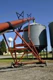 Escaninhos do elevador e da grão do tubo em uma cidade pequena Fotos de Stock Royalty Free