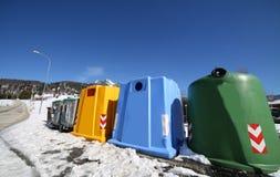 Escaninhos para a coleção do desperdício no inverno com neve Fotos de Stock Royalty Free