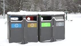 Escaninhos pequenos para desperdícios e lixo, reciclando no parque do inverno Zumbido para fora 4K video estoque