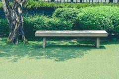 Escantillón largo de madera en campo del prado de la hierba verde del jardín al aire libre en estilo japonés en el parque público Fotografía de archivo libre de regalías