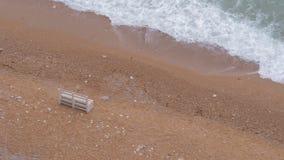 Escantillones blancos de madera solos en una playa arenosa almacen de video