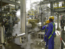Escapamento do gás na planta do óleo & de gás Fotografia de Stock Royalty Free