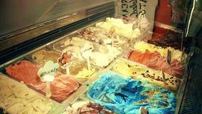 Escaparate colorido del helado en un lugar turístico almacen de metraje de vídeo