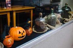 Escaparate con café y accesorios para Halloween Fotos de archivo libres de regalías