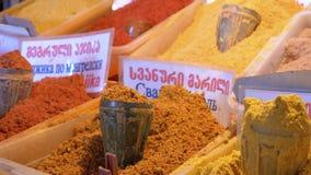 Escaparate con las especias y los condimentos orientales coloridos en el mercado callejero metrajes