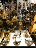 Escaparate con las máscaras del carnaval, Venecia, Italia imagen de archivo libre de regalías