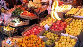 Escaparate con las mandarinas, las manzanas, las peras, el caqui y diversa fruta en el mercado callejero almacen de metraje de vídeo