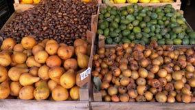 Escaparate con las manzanas, las peras y diversa fruta en el mercado callejero metrajes