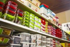 Escaparate con los envases de comida multicolores imagenes de archivo