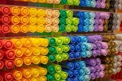 Escaparate con los marcadores coloridos brillantes imágenes de archivo libres de regalías