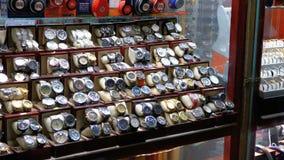 Escaparate con los relojes costosos en una joyería metrajes