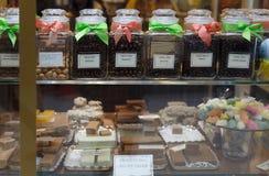 Escaparate de dulces y de la confitería de una tienda en Inglaterra foto de archivo