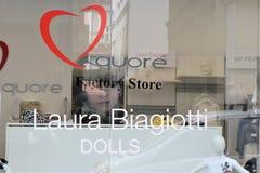 Escaparate de la entrada de una tienda de Laura Biagiotti fotografía de archivo