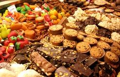 Escaparate de la panadería: pasteles del chocolate y del mazapán Imagen de archivo libre de regalías