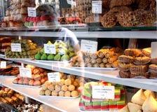 Escaparate de la panadería: pasteles franceses Foto de archivo